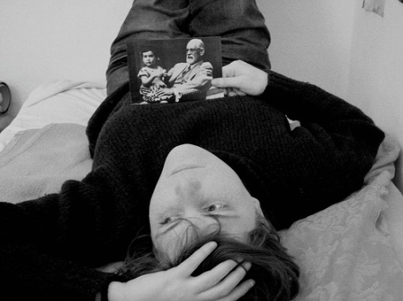 Ricordo di una paziente: vediamo una paziente sdraiata su un lettino