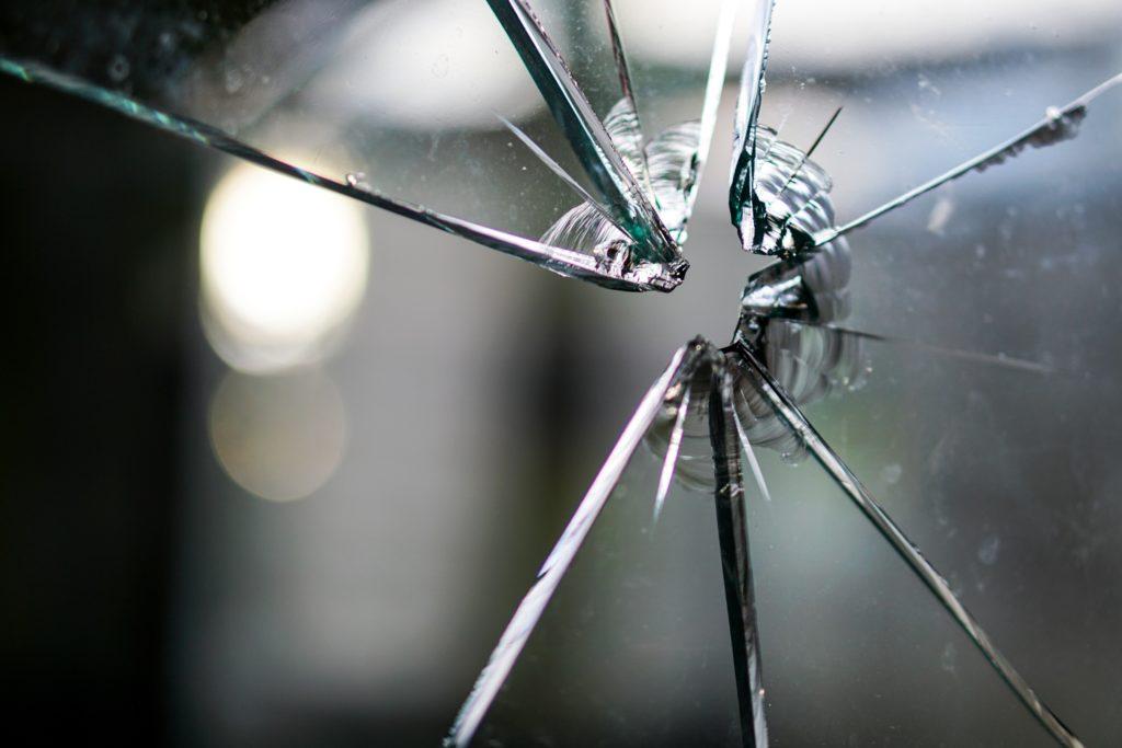 Vetro rotto - Vediamo un vetro spaccato