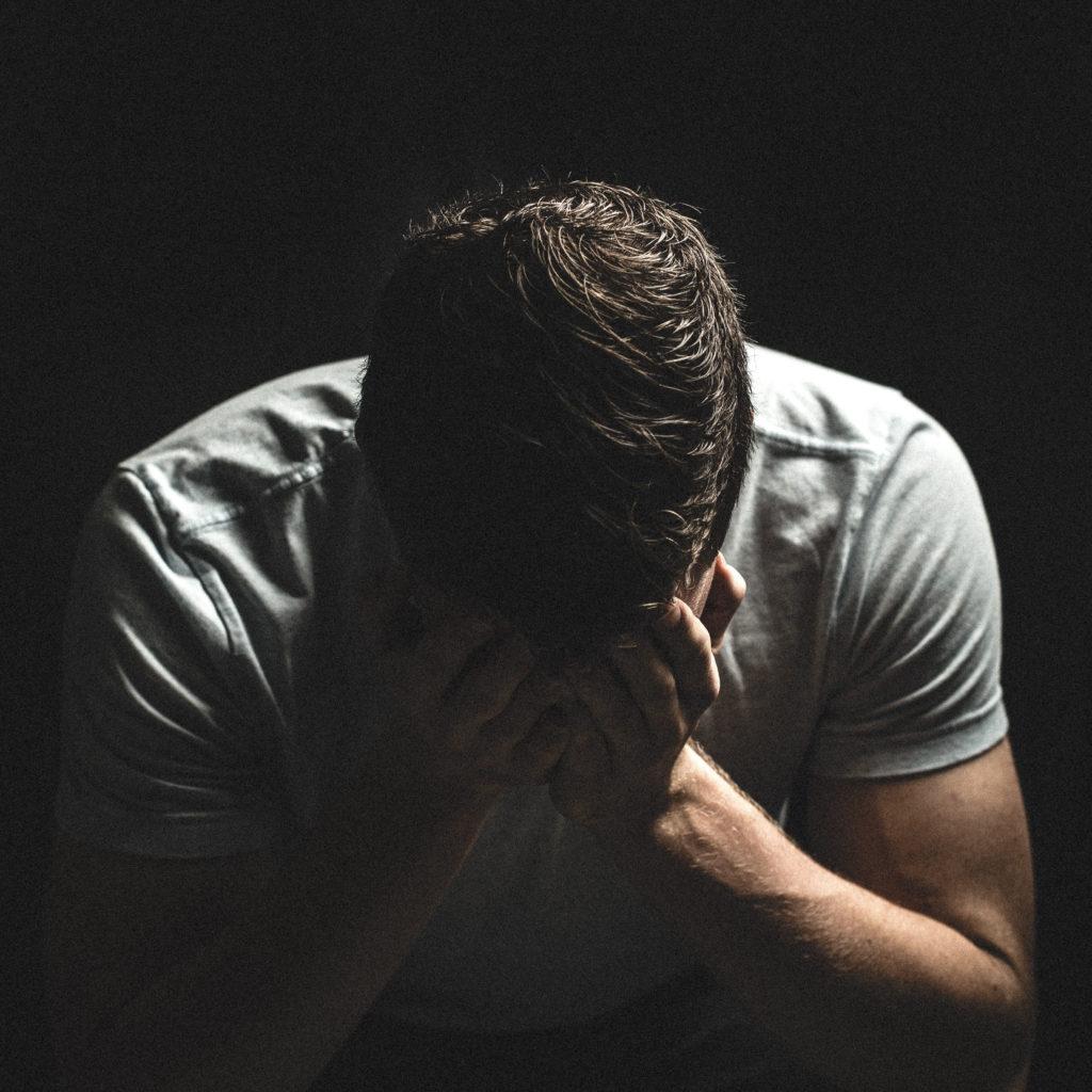 Disturbi d'ansia: vediamo un uomo che si tiene il viso con le mani