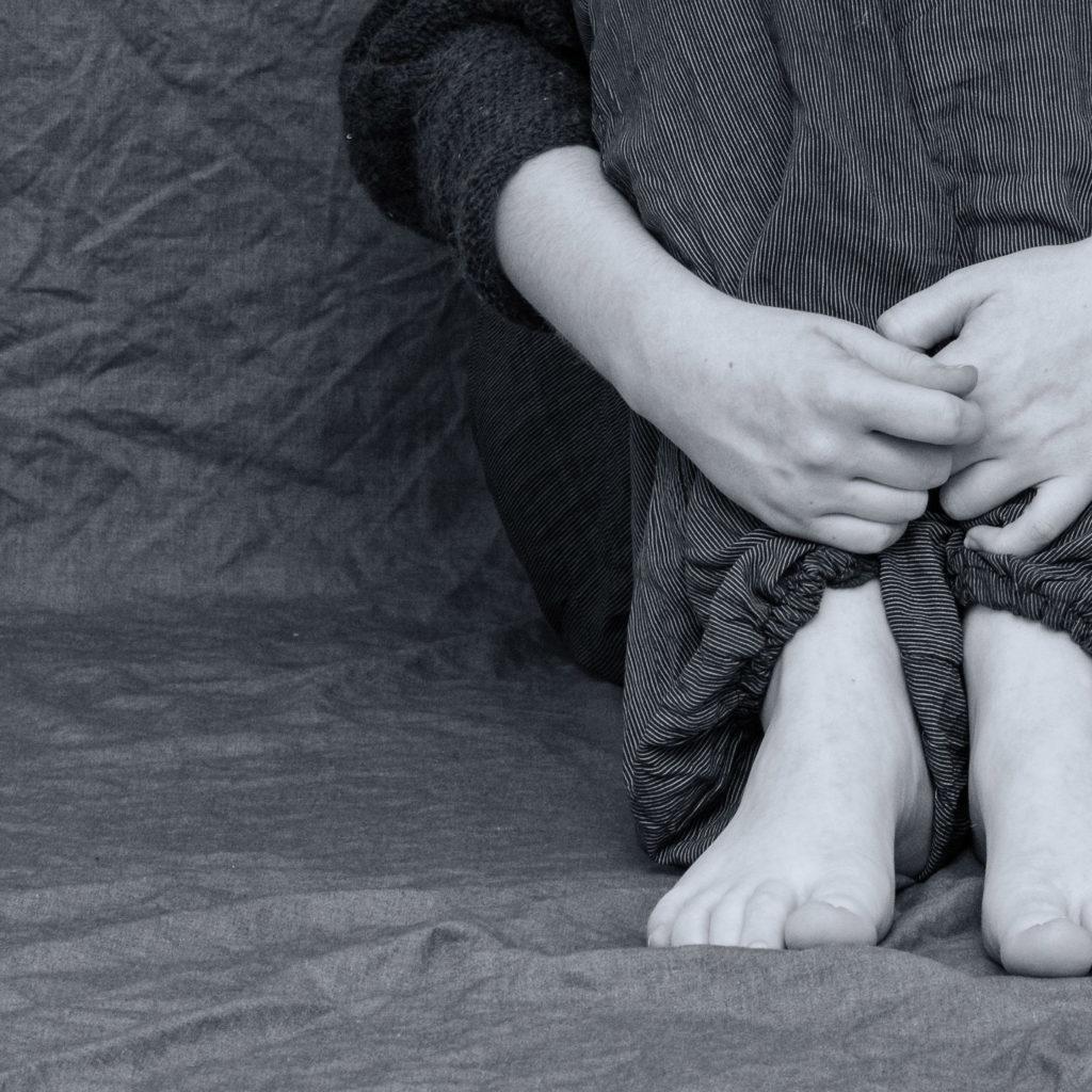 Attacchi di panico: vediamo una ragazza rannicchiata a terra