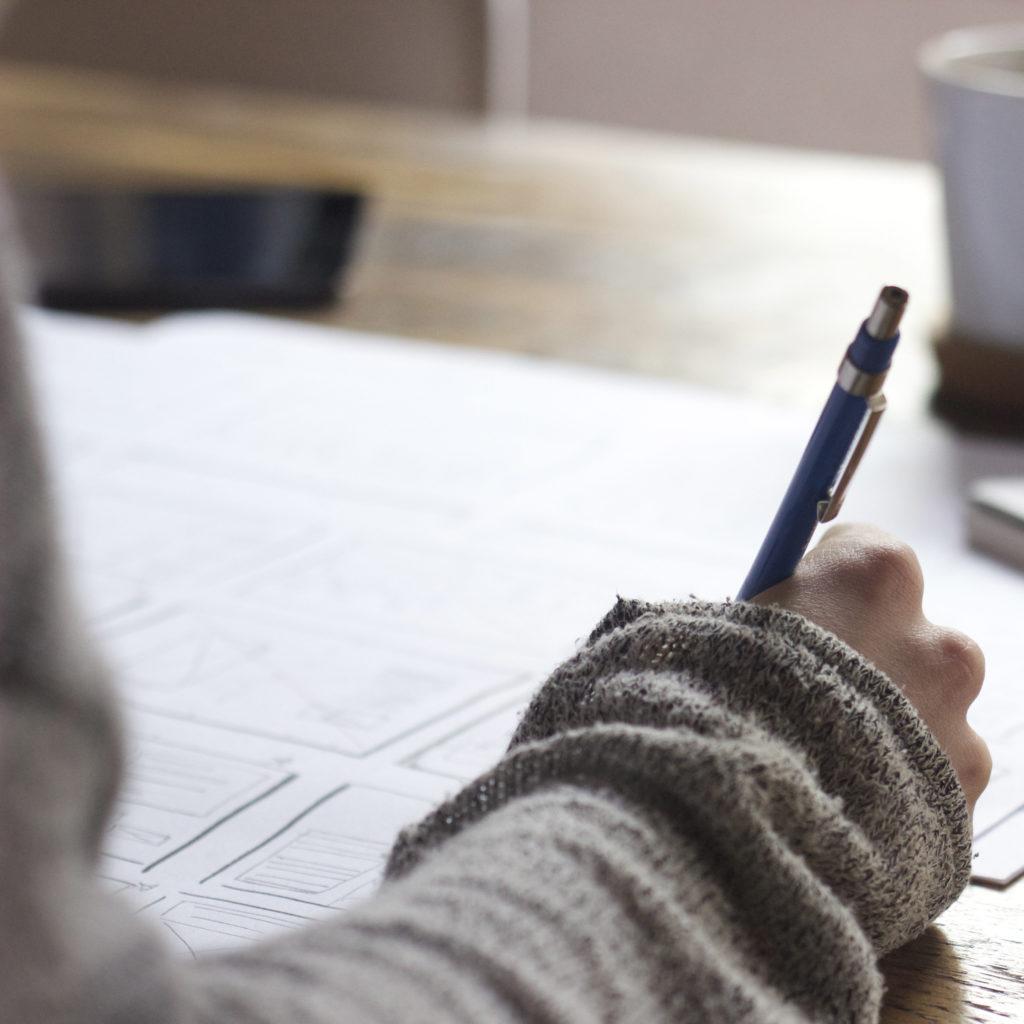 Problemi scolastici e universitari: vediamo il braccio di una ragazza che sta studiando
